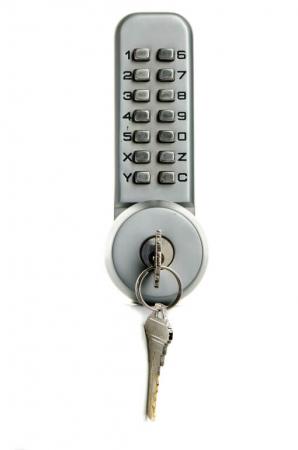 Serrure à combinaison avec sur-clé